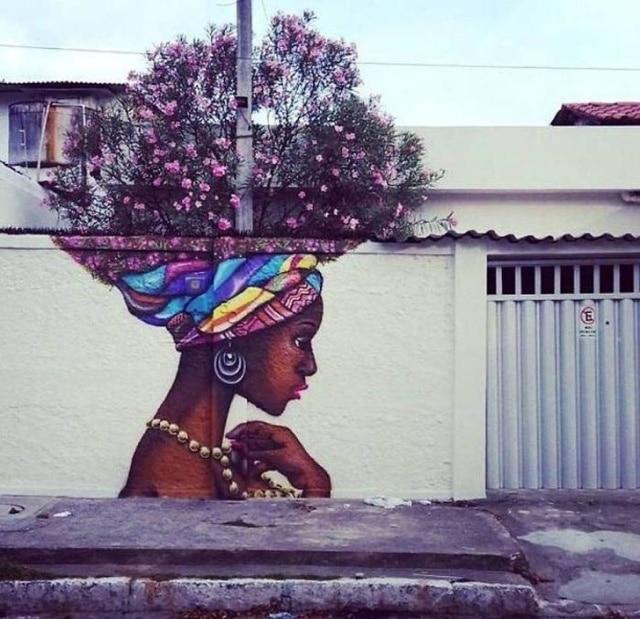 Темнокожая девушка, у которой волосы- ветви дерева