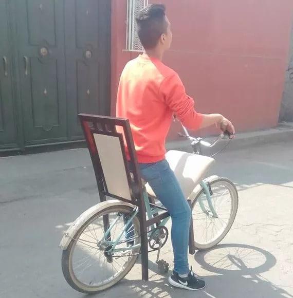Мальчик на велосипеде со стулом