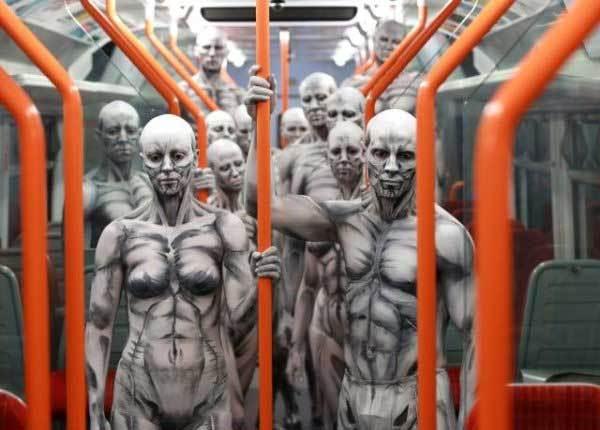 люди в одинаковых костюмах в метро