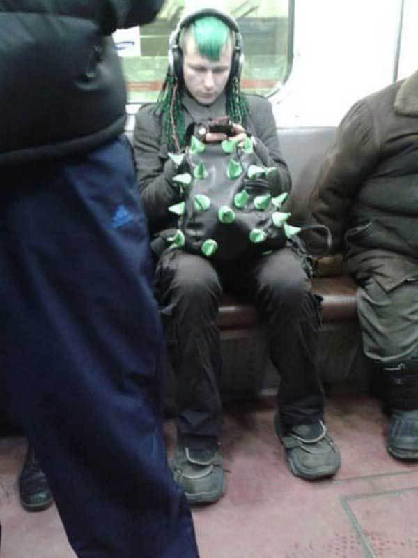 парень с зелеными волосами в метро