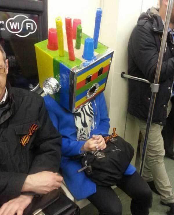 женщина с головой робота в метро