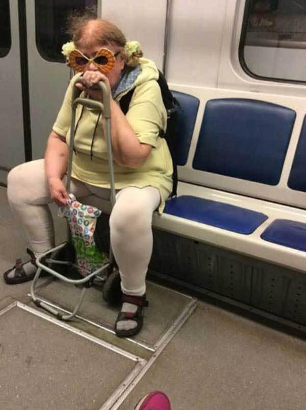 женщина в маске и белых лосинах