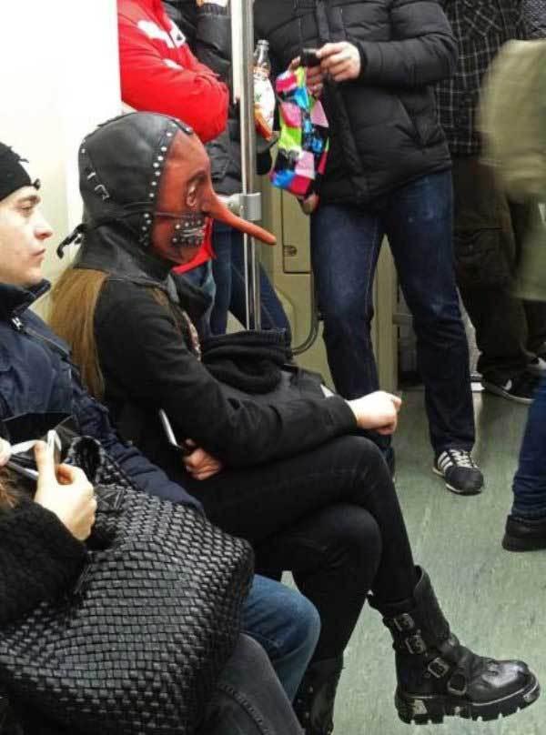 девушка в кожаной маске в метро