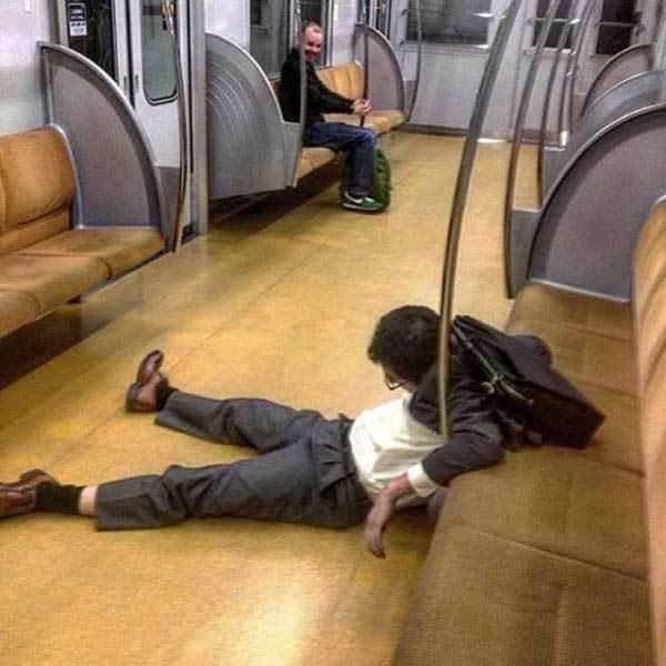мужчина на полу в вагоне метро