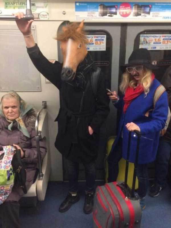 человек с маской коня в метро