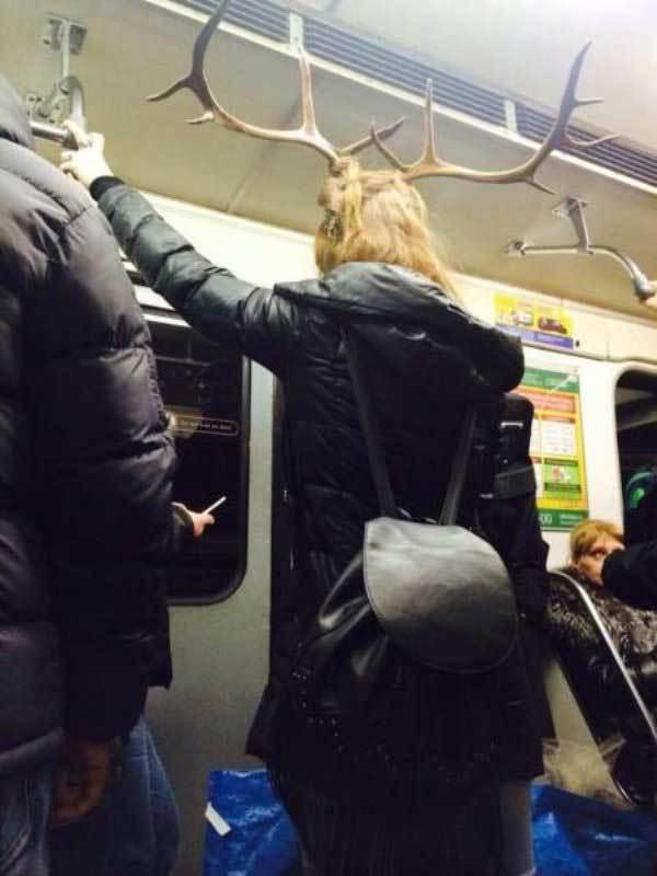 девушка с рогами оленя на голове в метро