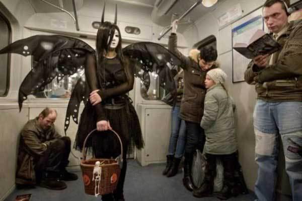 девушка с корзинкой и крыльями в метро