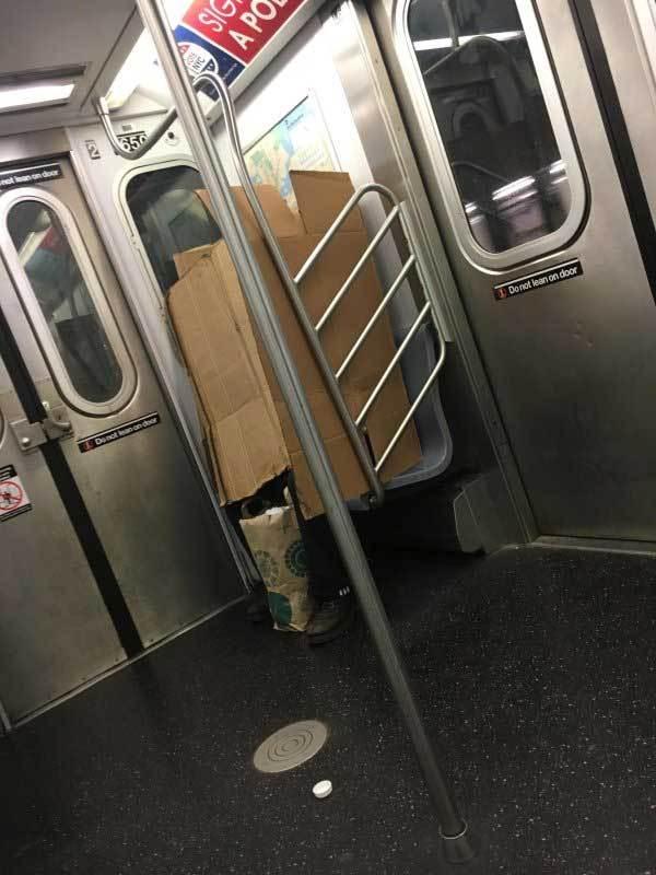 человек в картонной коробке в метро