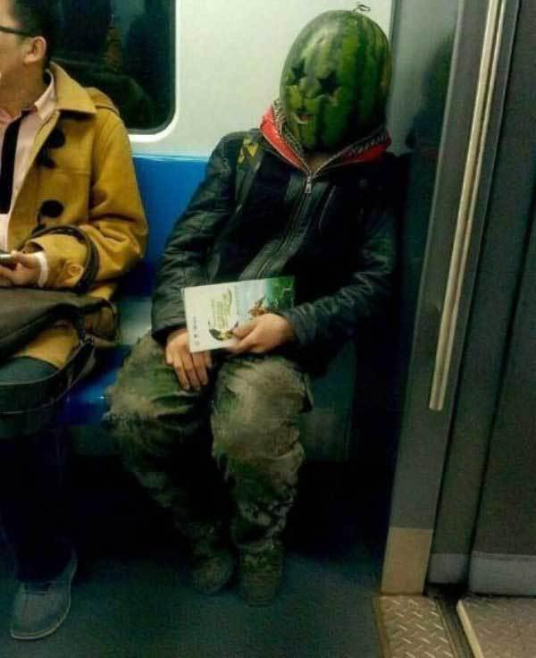 парень с арбузом на голове в метро
