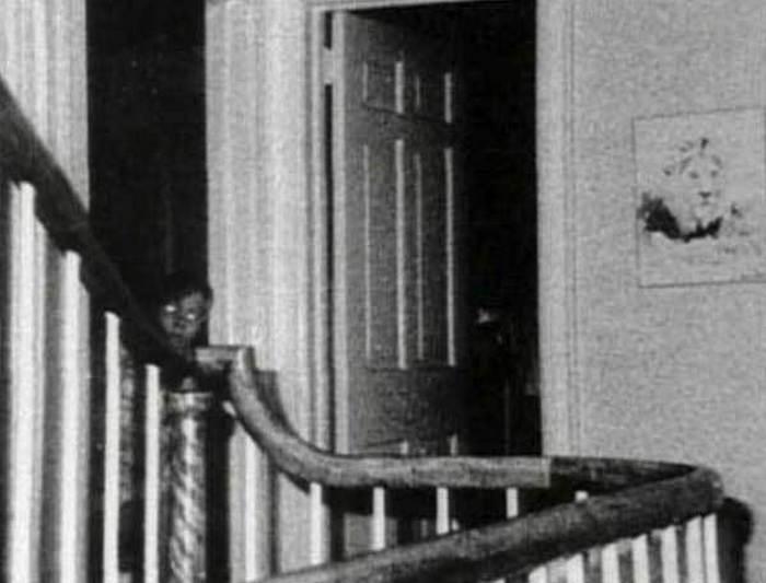 черно-белое фото мальчика на лестнице