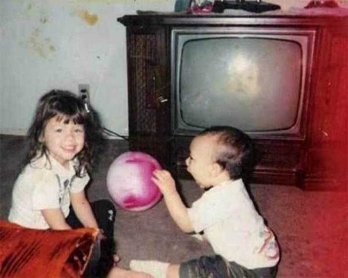 дети с мячом у телевизора