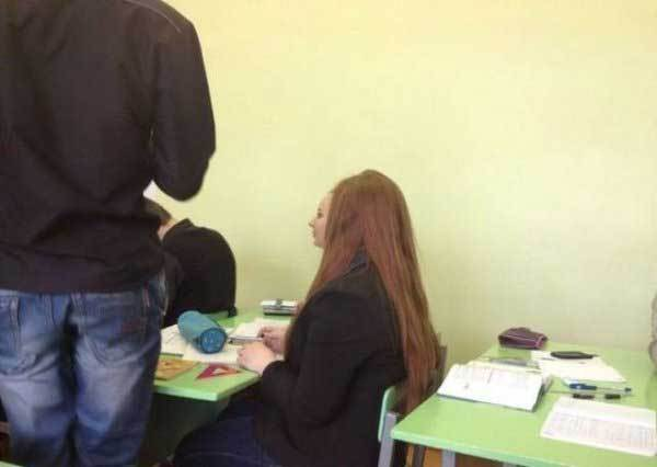 девушка с длинными волосами за партой