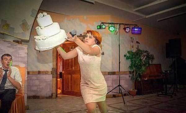 девушка роняет торт
