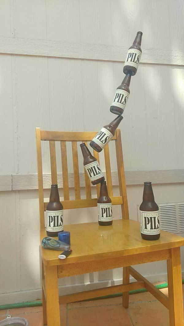 бутылки падают со стула