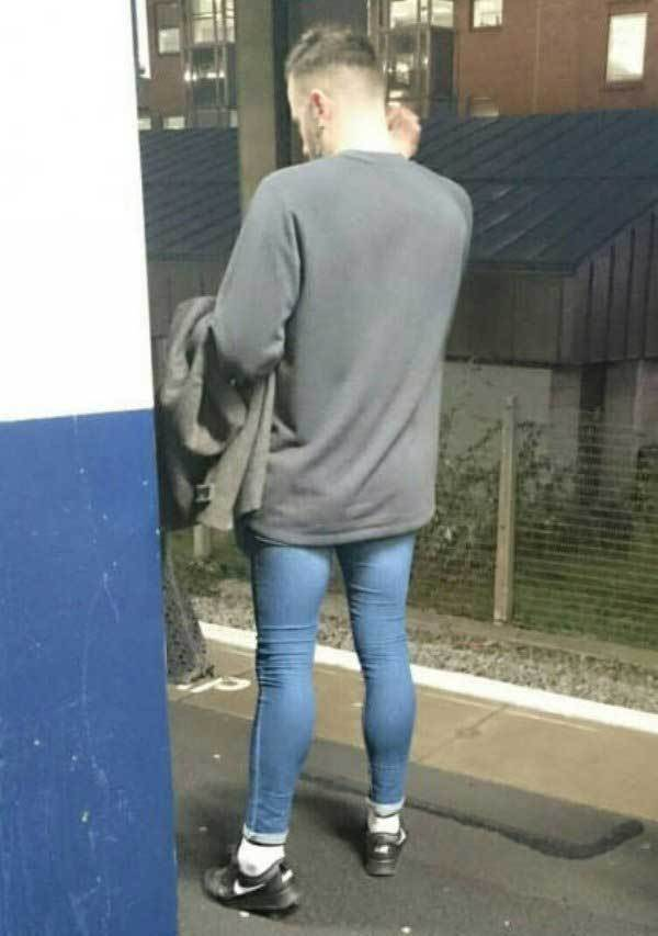 парень в обтягивающих джинсах