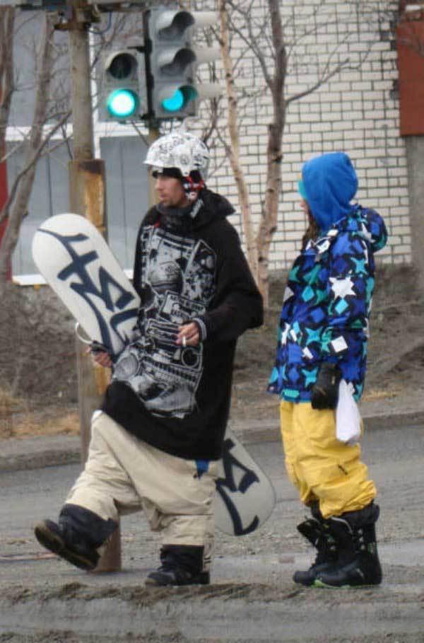 сноубордист переходит дорогу