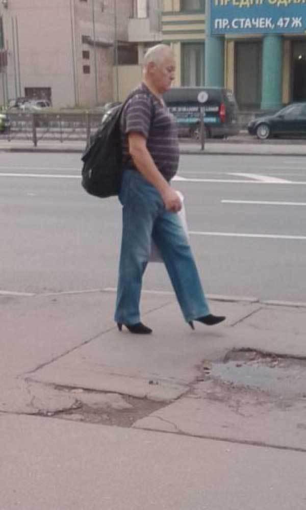 мужчина на каблуках