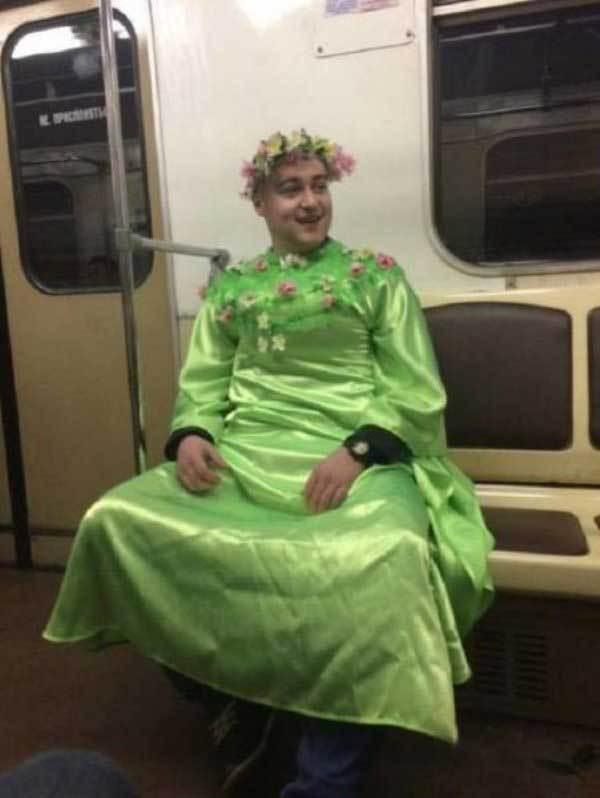 мужчина в зеленом платье в метро