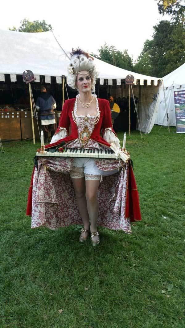 женщина в средневековом платье