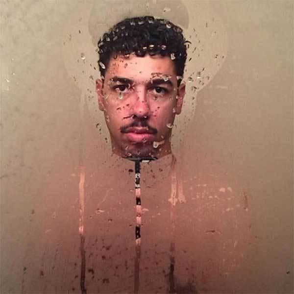 селфи парня в запотевшем зеркале