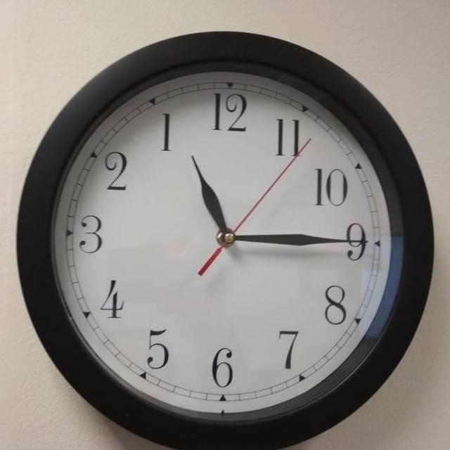 странный часы на стене