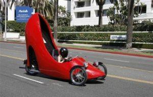 машина в виде красной туфли