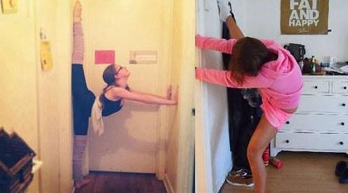 девушка на шпагате у стены