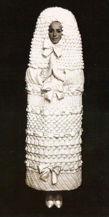 девушка в белом вязаном платье-коконе