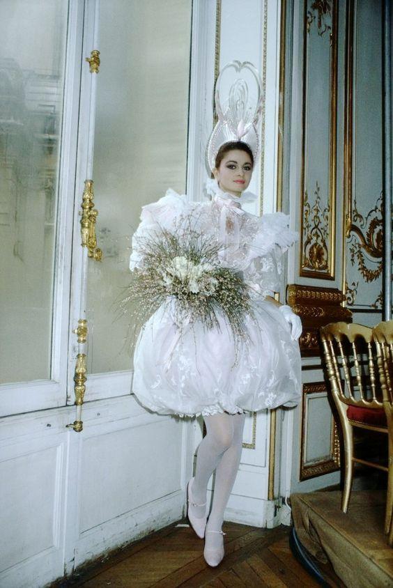 девушка в коротком свадебном платье