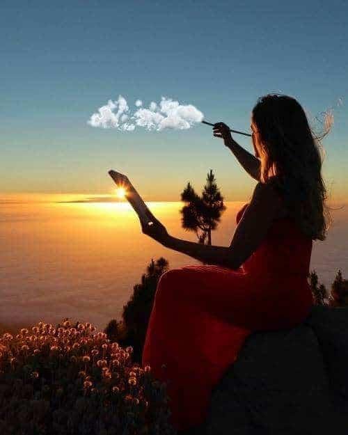 девушка рисует облака на небе