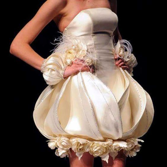 девушка в коротком платье невесты