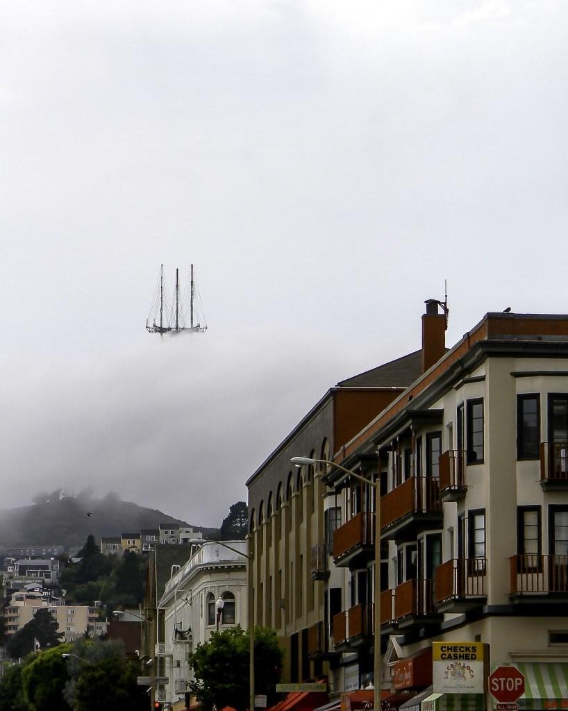 шпиль здания в облаках