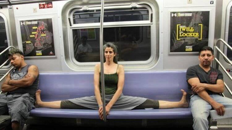 девушка сидит на шпагате в метро