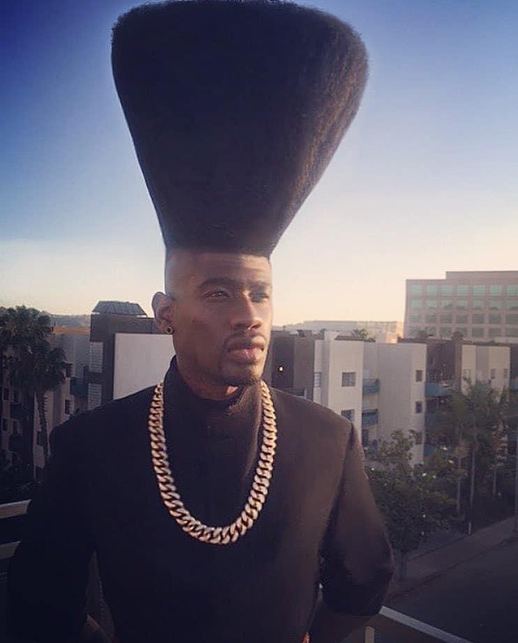 чернокожий парень с высокой прической