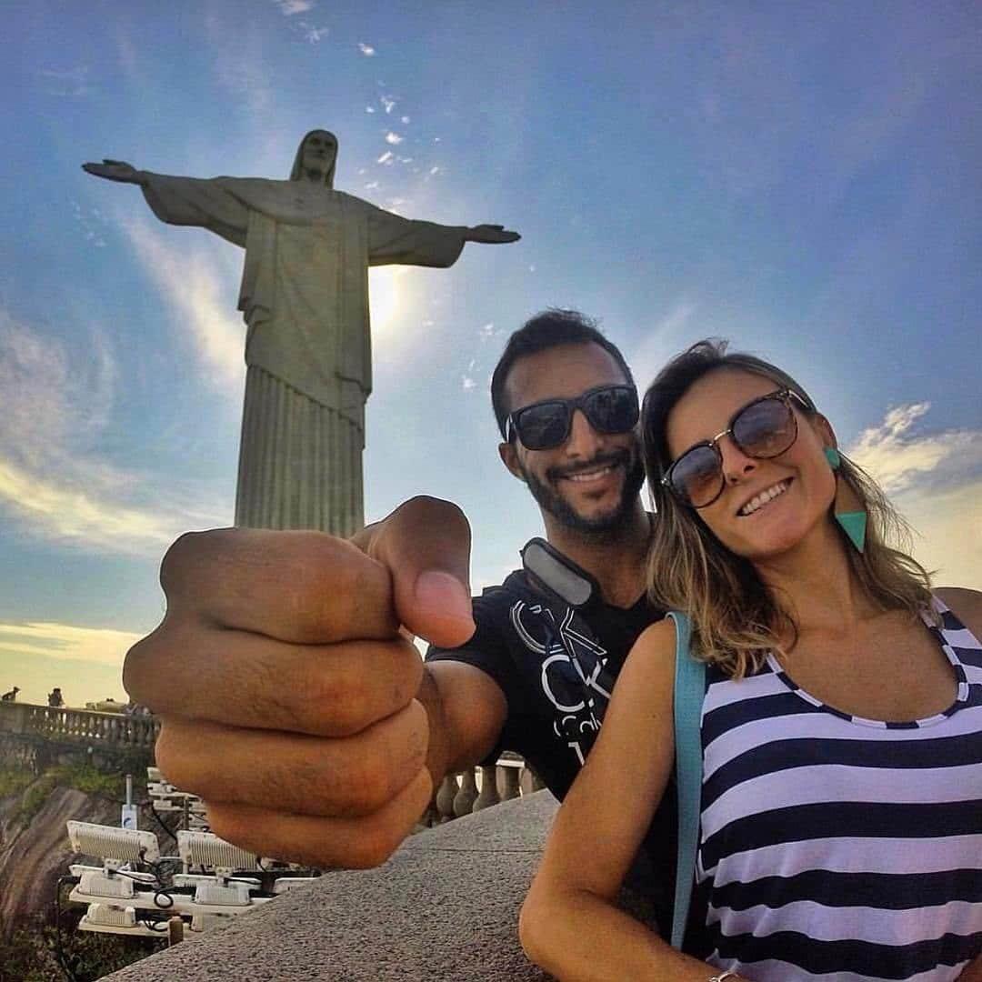 туристы и памятник