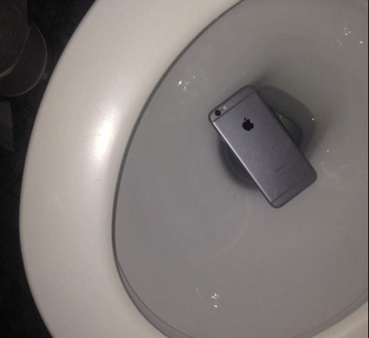 телефон в унитазе
