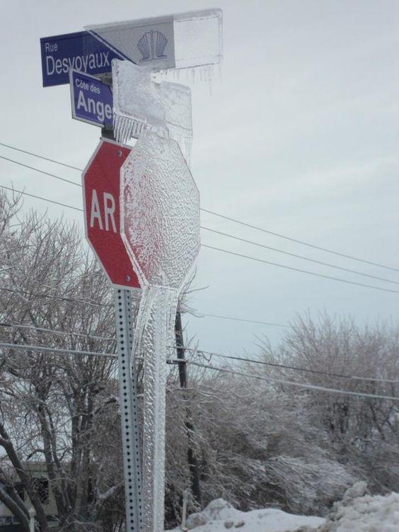 лед на дорожном знаке