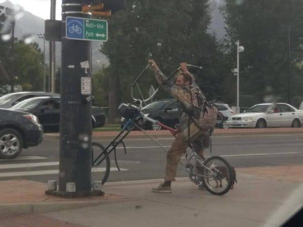 мужчина на велосипеде-мотоцикле