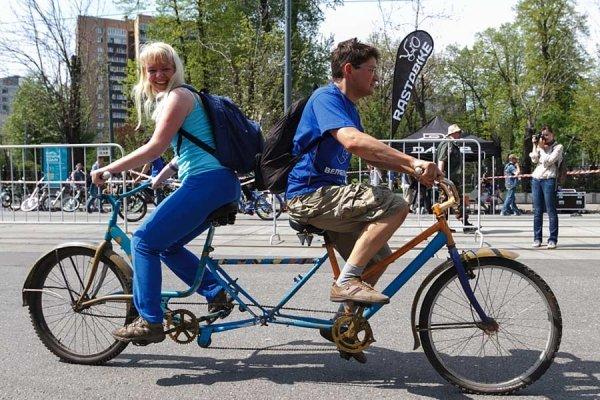 парень и девушка на двойном велосипеде