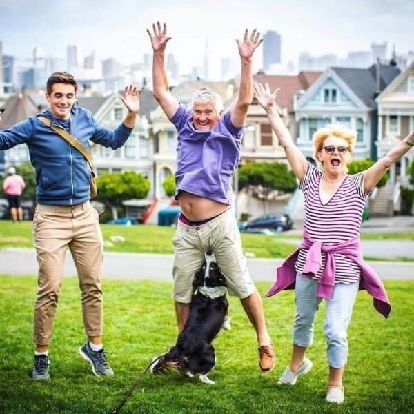семья фотографируется на лужайке