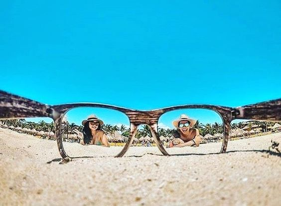 очки и люди на пляже