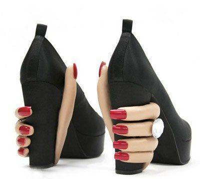 черные туфли с женскими руками на каблуках