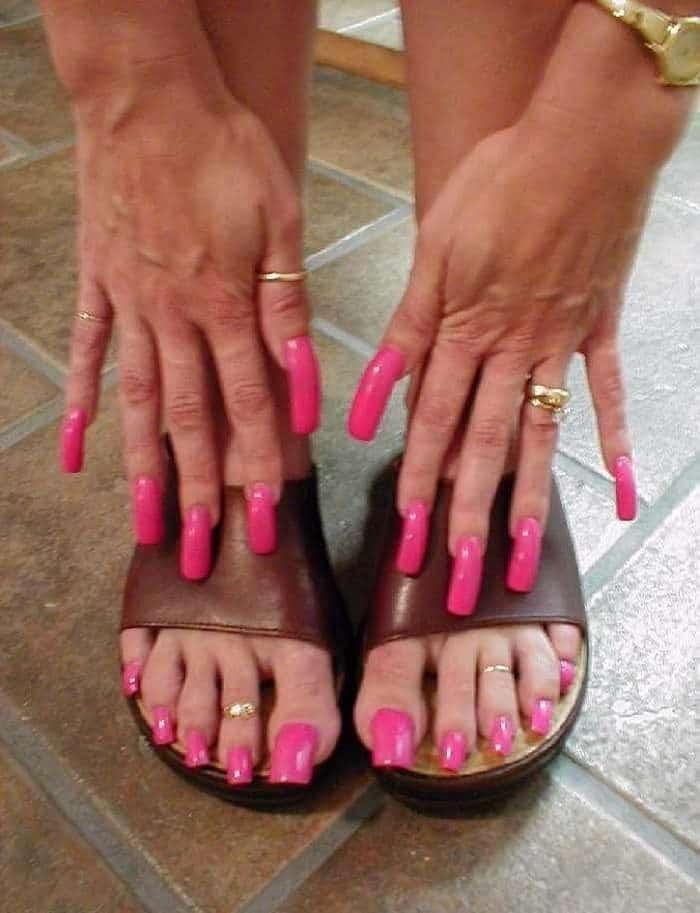 длинные розовые ногти на руках и ногах