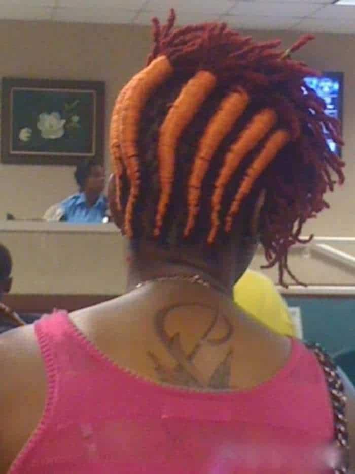 женщина с прической в виде морковок