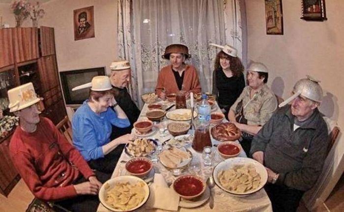 люди за столом с кастрюлями на головах
