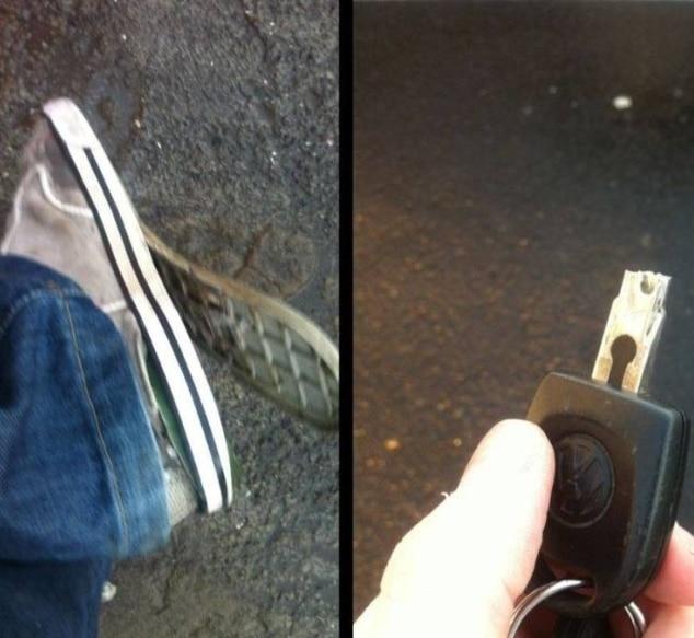 порванные кеды и сломанный ключ