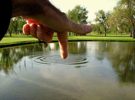 рука и водоем