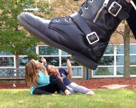 девочки и ботинок