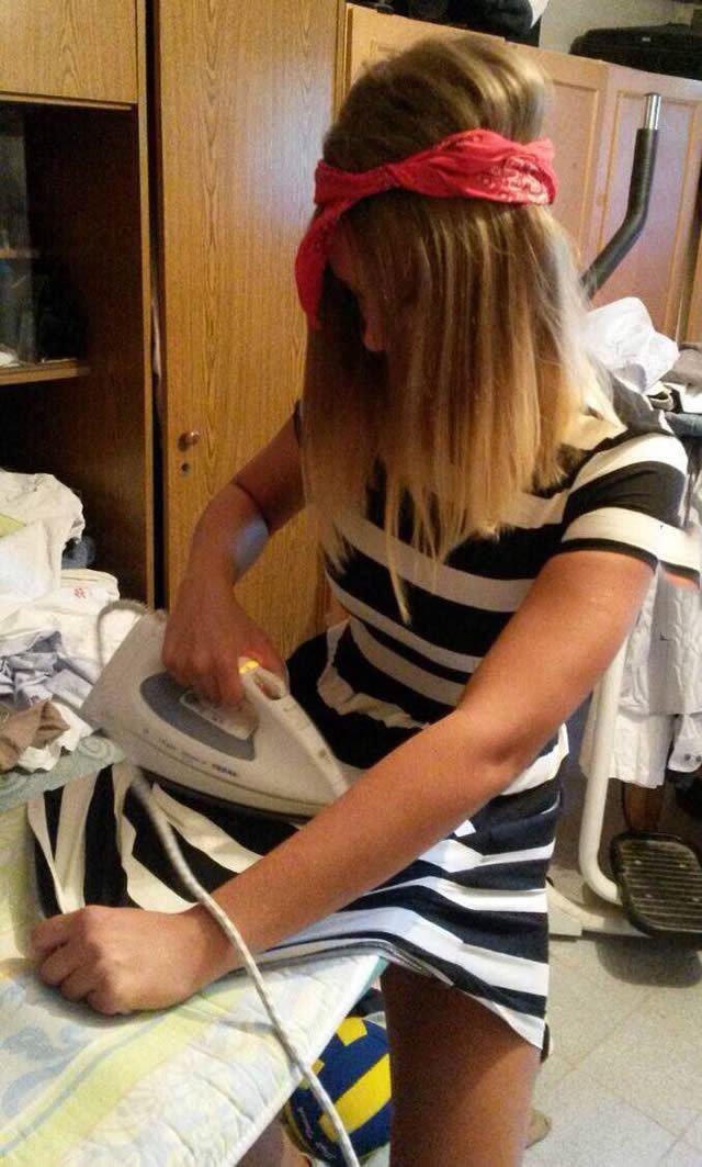 девушка утюжит платье на себе