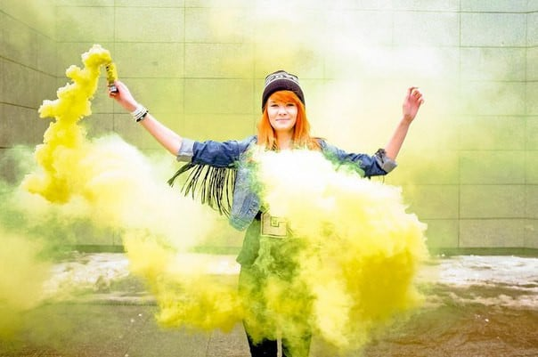 девушка в желтом дыму